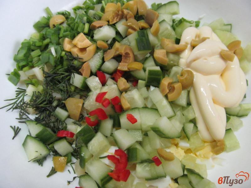Фото приготовление рецепта: Салат «минутка» из картофеля с огурцом и оливками шаг №3