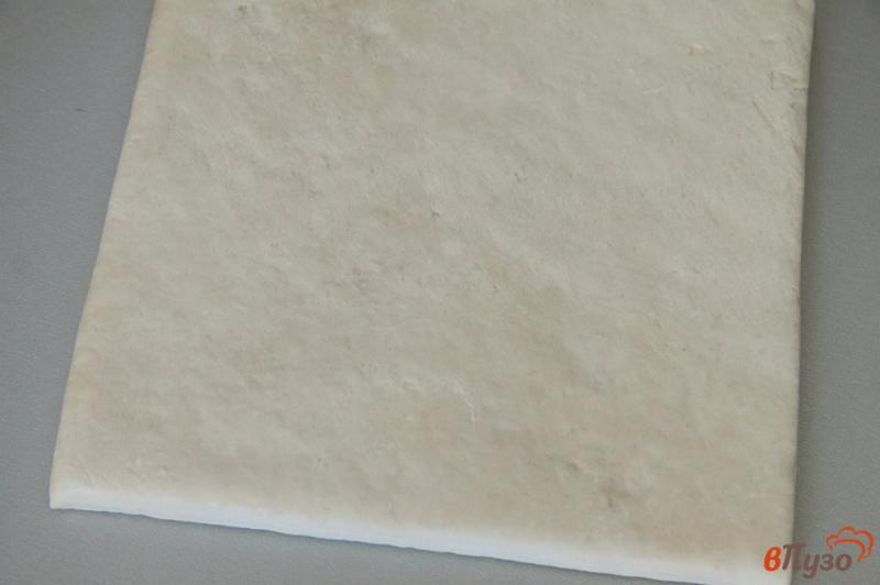 Фото приготовление рецепта: Мини пиццы на слоеном тесте шаг №1