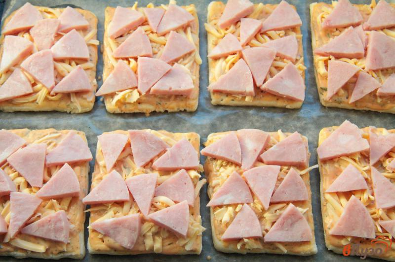 Фото приготовление рецепта: Мини пиццы на слоеном тесте шаг №5