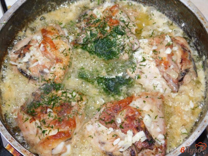 Фото приготовление рецепта: Куриные бедра в чесночно-сметанном соусе шаг №4