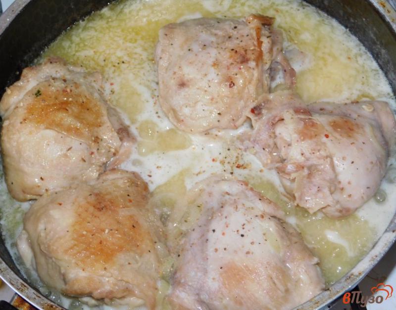 Фото приготовление рецепта: Куриные бедра в чесночно-сметанном соусе шаг №3