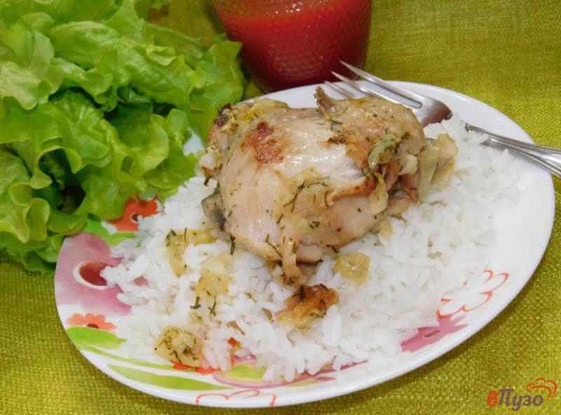 Фото приготовление рецепта: Куриные бедра в чесночно-сметанном соусе шаг №5