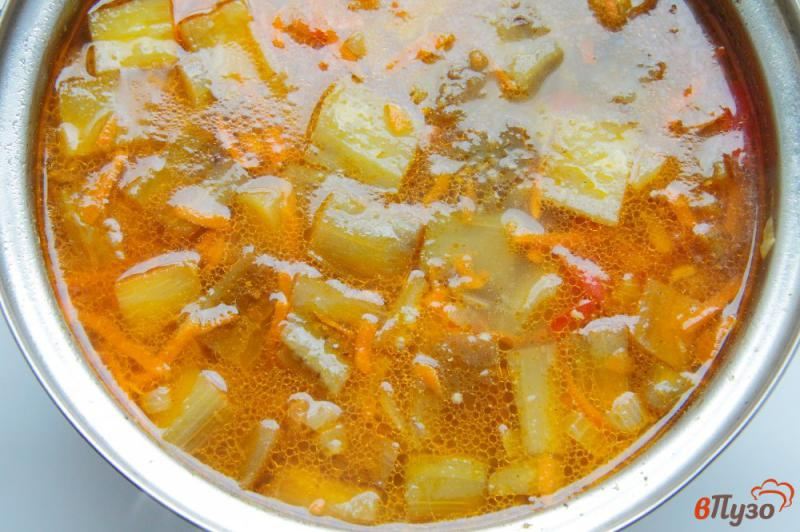 Фото приготовление рецепта: Суп с баклажанами на курином бульоне шаг №7