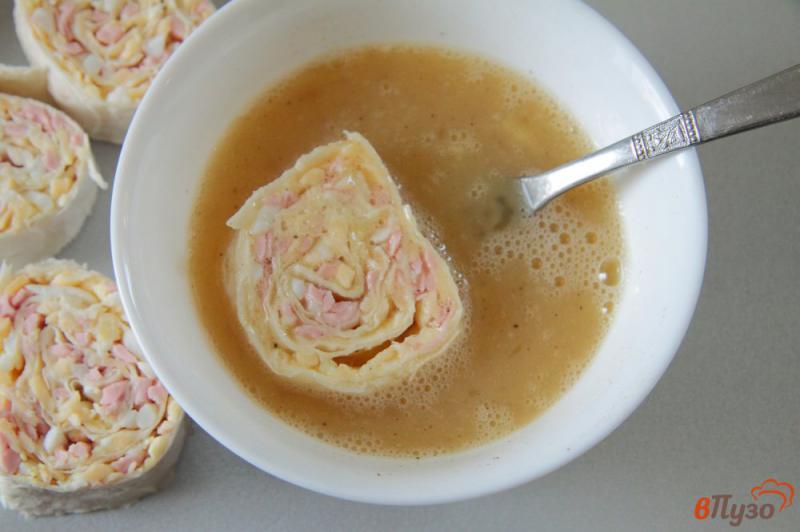 Фото приготовление рецепта: Жареные рулетики из лаваша с колбасой, сыром и яйцами шаг №9