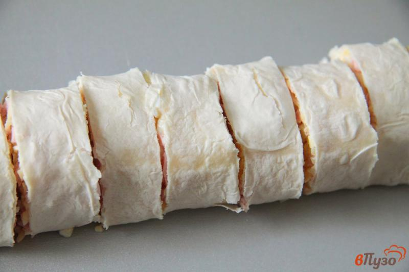 Фото приготовление рецепта: Жареные рулетики из лаваша с колбасой, сыром и яйцами шаг №8