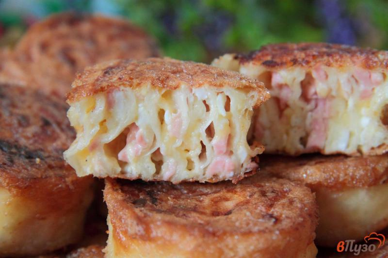 Фото приготовление рецепта: Жареные рулетики из лаваша с колбасой, сыром и яйцами шаг №13