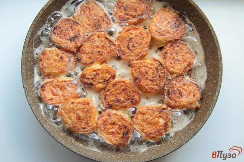 Фото приготовление рецепта: Жареные рулетики из лаваша с колбасой, сыром и яйцами шаг №11