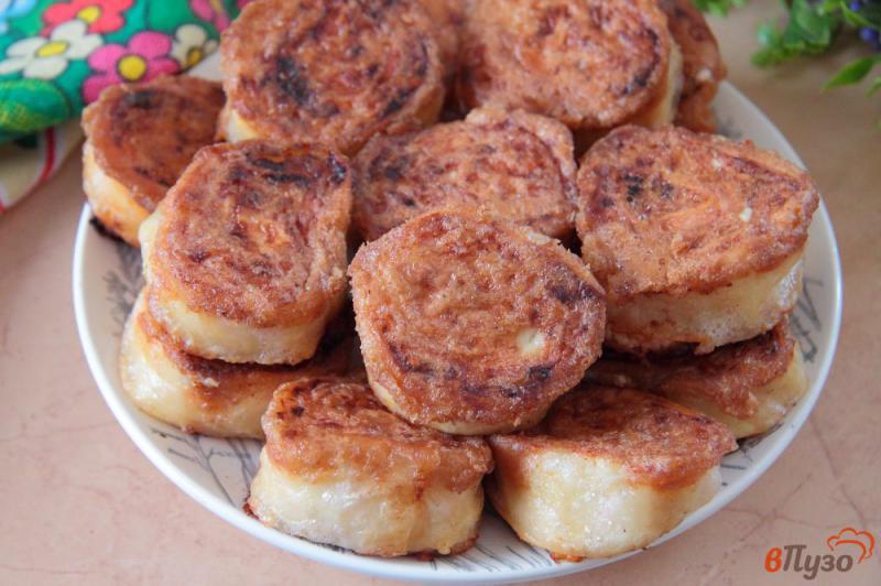 Фото приготовление рецепта: Жареные рулетики из лаваша с колбасой, сыром и яйцами шаг №12