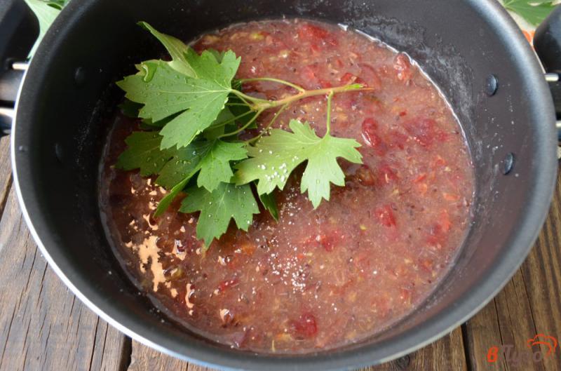 Фото приготовление рецепта: Варенье из крыжовника с листьями смородины шаг №3