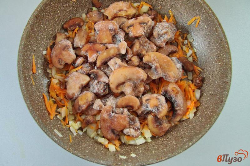 Фото приготовление рецепта: Сырный суп с грибами и вермишелью шаг №5