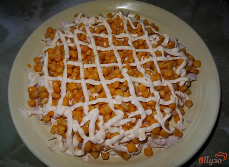 Фото приготовление рецепта: Слоеный салат с курицей и кукурузой шаг №7