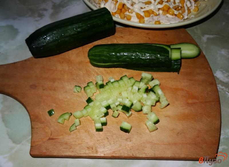 Фото приготовление рецепта: Слоеный салат с курицей и кукурузой шаг №8