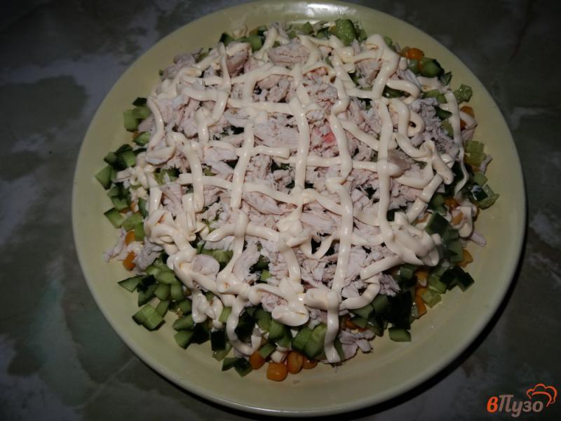 Фото приготовление рецепта: Слоеный салат с курицей и кукурузой шаг №10