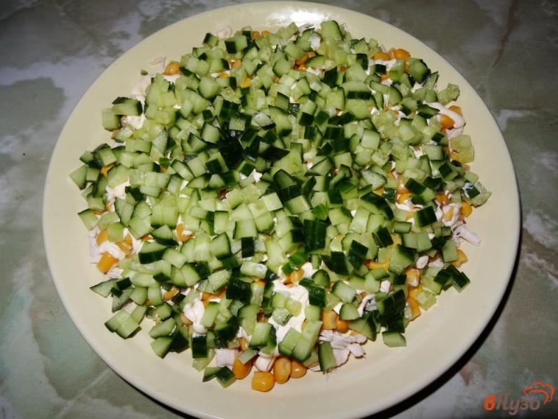 Фото приготовление рецепта: Слоеный салат с курицей и кукурузой шаг №9