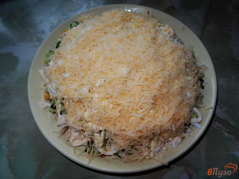 Фото приготовление рецепта: Слоеный салат с курицей и кукурузой шаг №12