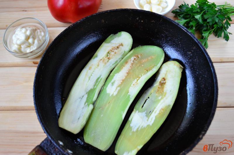 Фото приготовление рецепта: Рулетики из баклажанов с помидором, чесноком и зеленью шаг №3
