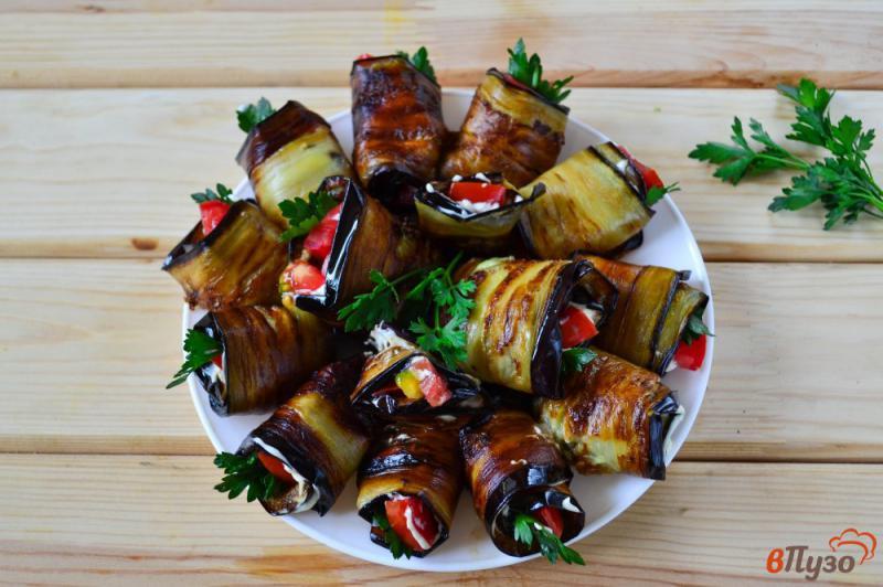Фото приготовление рецепта: Рулетики из баклажанов с помидором, чесноком и зеленью шаг №6