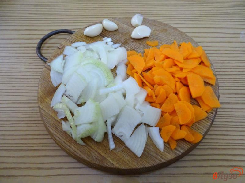 Фото приготовление рецепта: Картофель тушёный с копчёными рёбрами шаг №3