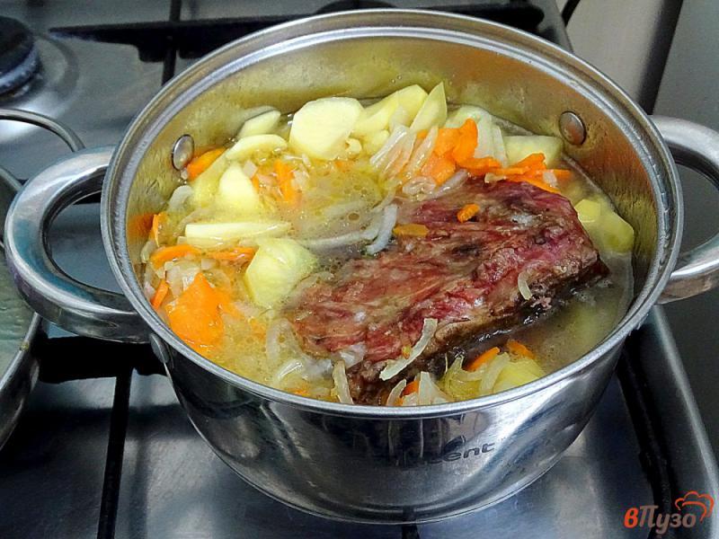Фото приготовление рецепта: Картофель тушёный с копчёными рёбрами шаг №6