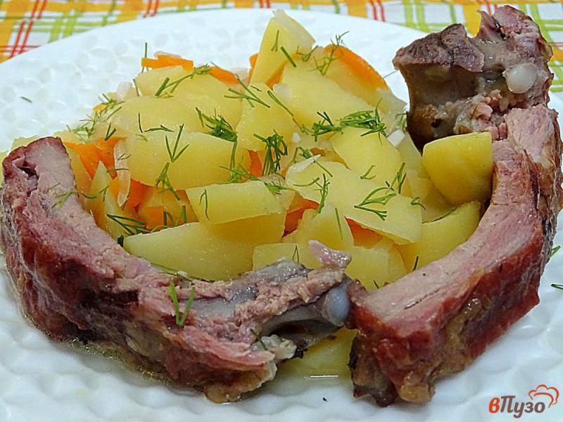 Фото приготовление рецепта: Картофель тушёный с копчёными рёбрами шаг №7