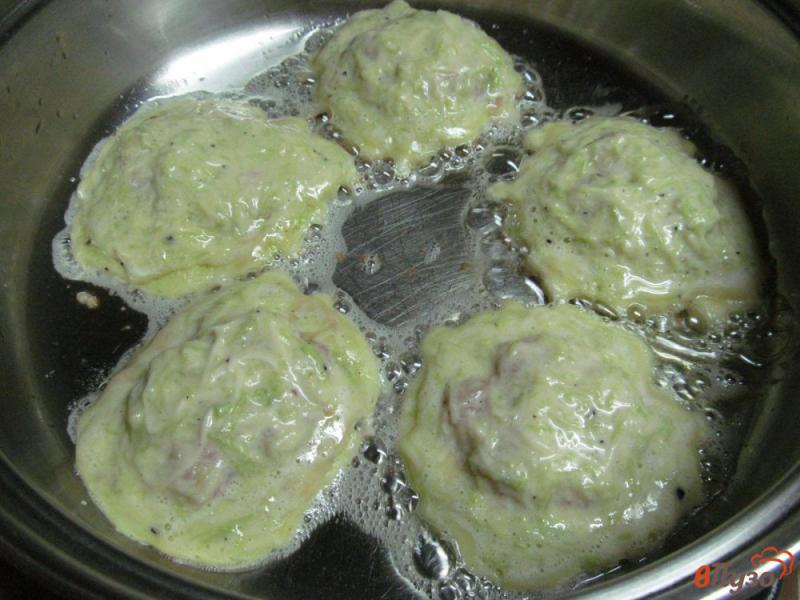 Фото приготовление рецепта: Кабачковые оладьи фаршированные мясным фаршем шаг №6