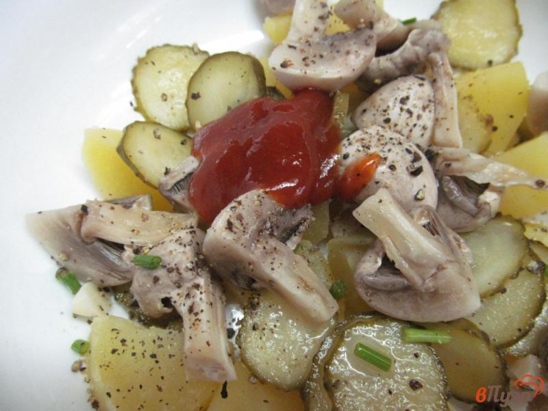 Фото приготовление рецепта: Салат с маринованными шампиньонами и огурцами шаг №4