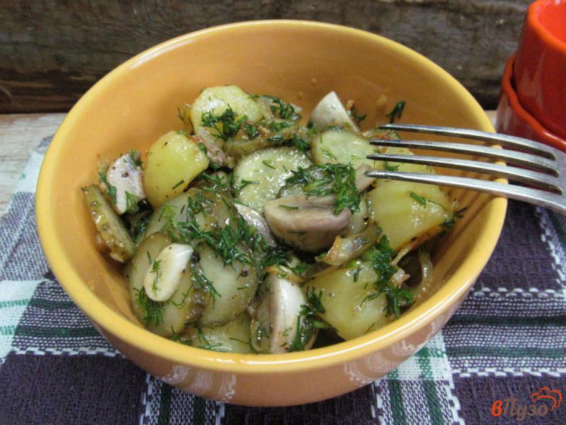 Фото приготовление рецепта: Салат с маринованными шампиньонами и огурцами шаг №7