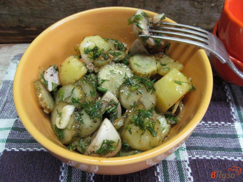 Фото приготовление рецепта: Салат с маринованными шампиньонами и огурцами шаг №8