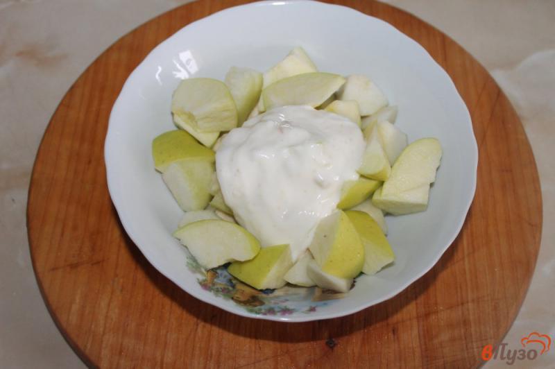 Фото приготовление рецепта: Фруктовый салат с грецкими орехами и йогуртом шаг №4