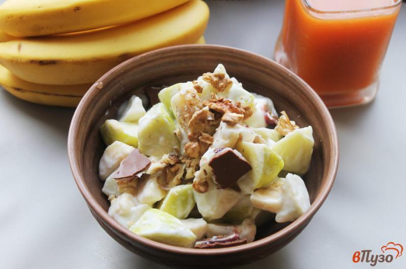 Фото приготовление рецепта: Фруктовый салат с грецкими орехами и йогуртом шаг №6