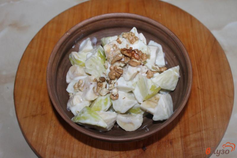 Фото приготовление рецепта: Фруктовый салат с грецкими орехами и йогуртом шаг №5