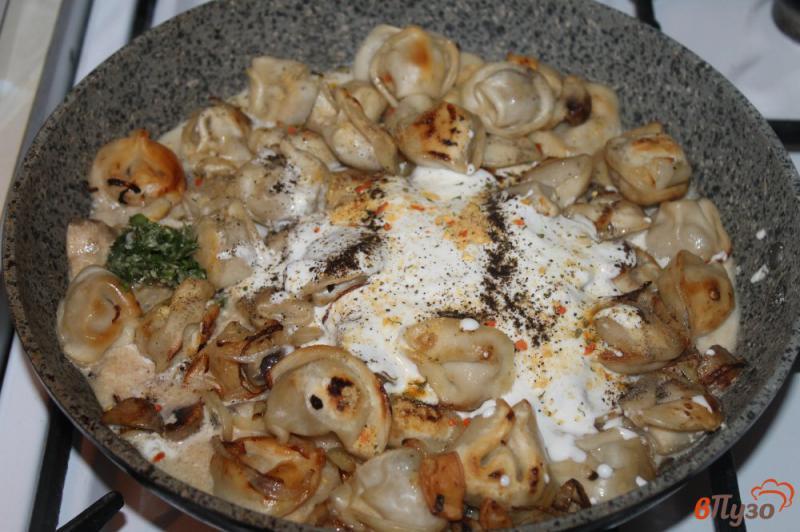 Фото приготовление рецепта: Жареные пельмени с грибами и луком в сметанном соусе под сырной корочкой шаг №3