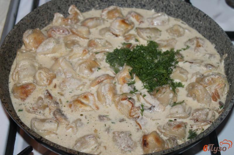 Фото приготовление рецепта: Жареные пельмени с грибами и луком в сметанном соусе под сырной корочкой шаг №4