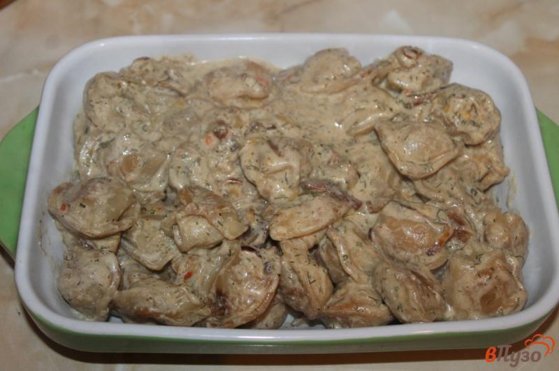 Фото приготовление рецепта: Жареные пельмени с грибами и луком в сметанном соусе под сырной корочкой шаг №5