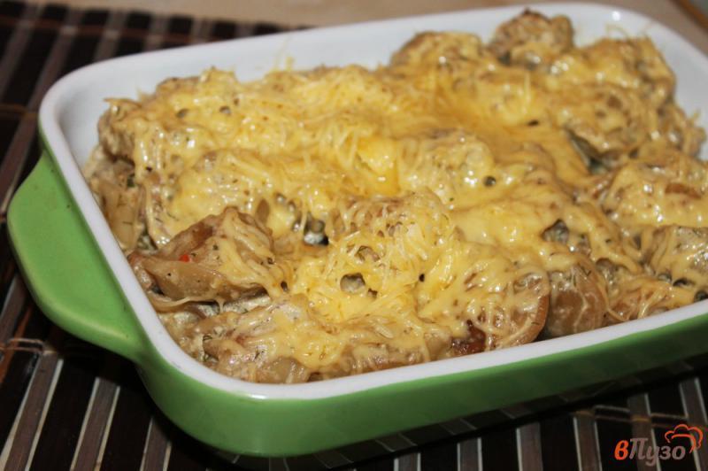 Фото приготовление рецепта: Жареные пельмени с грибами и луком в сметанном соусе под сырной корочкой шаг №6