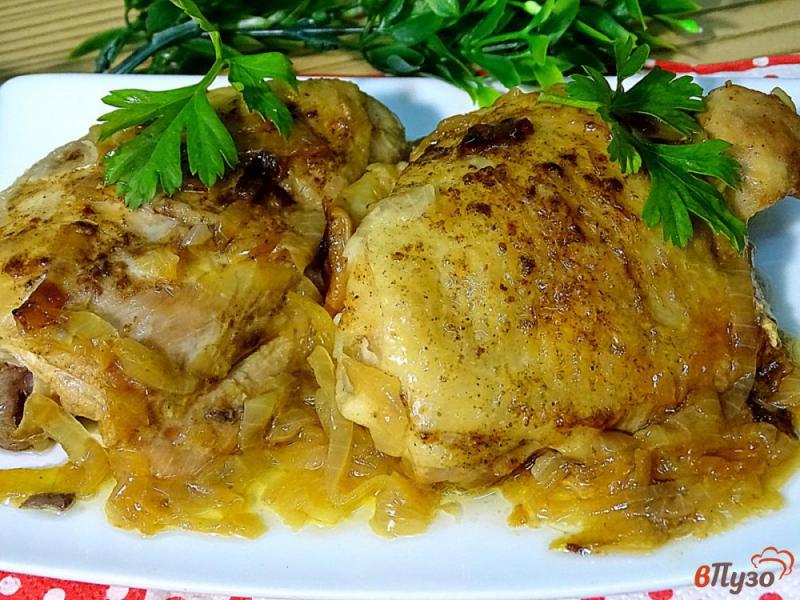 Фото приготовление рецепта: Куриные бёдра жареные с луком шаг №7