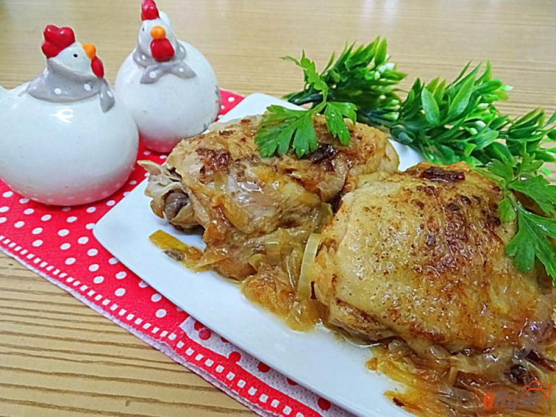 Фото приготовление рецепта: Куриные бёдра жареные с луком шаг №8