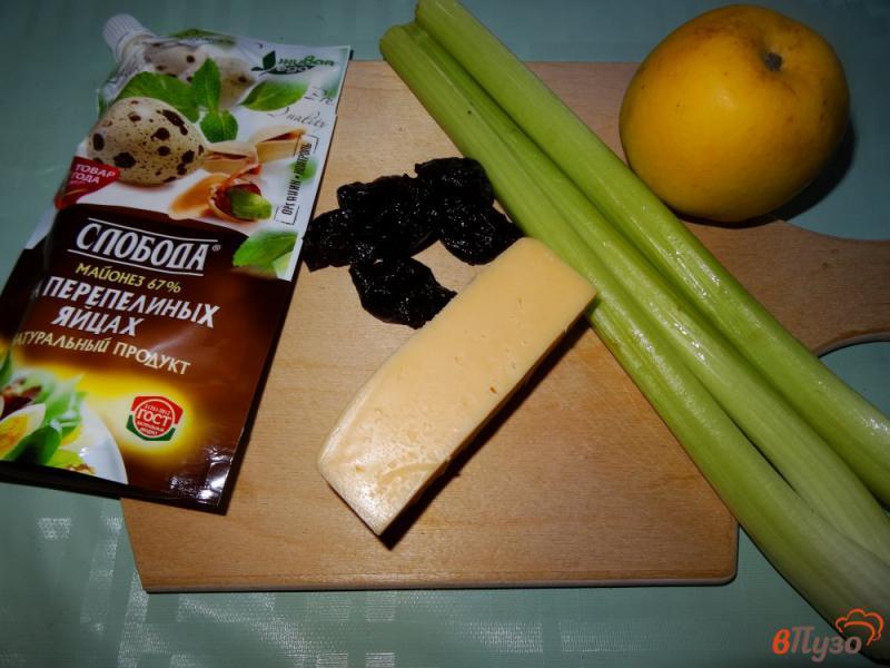 Фото приготовление рецепта: Салат с сельдереем, яблоком и сыром шаг №1