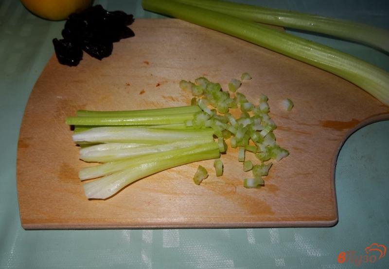 Фото приготовление рецепта: Салат с сельдереем, яблоком и сыром шаг №2