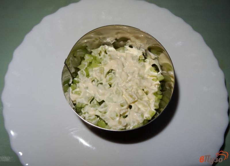 Фото приготовление рецепта: Салат с сельдереем, яблоком и сыром шаг №4