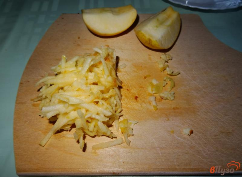 Фото приготовление рецепта: Салат с сельдереем, яблоком и сыром шаг №7
