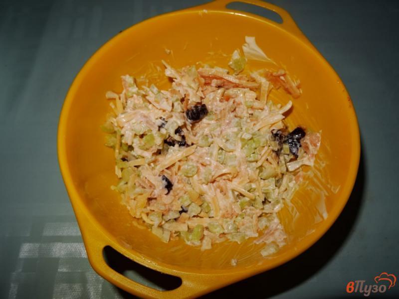 Фото приготовление рецепта: Салат с сельдереем, яблоком и сыром шаг №13