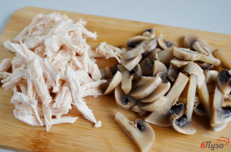 Фото приготовление рецепта: Салат куриный с сельдереем и грибами шаг №3