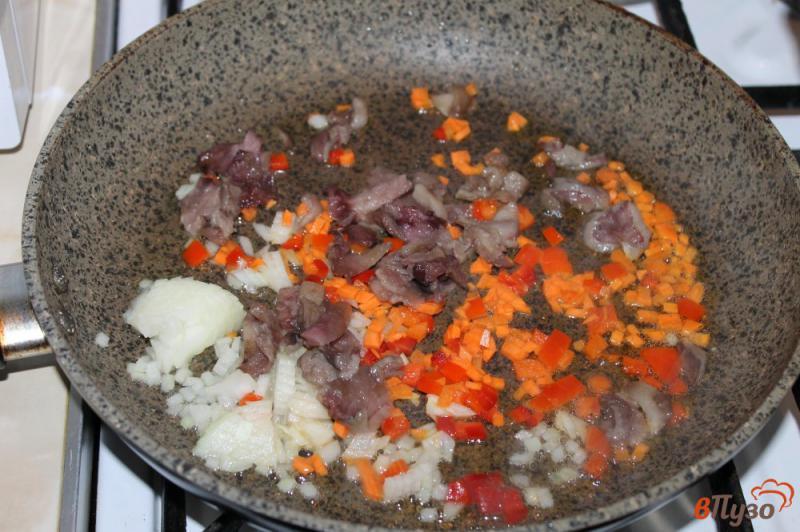 Фото приготовление рецепта: Сливочный суп с сыром, грибами и курицей шаг №3