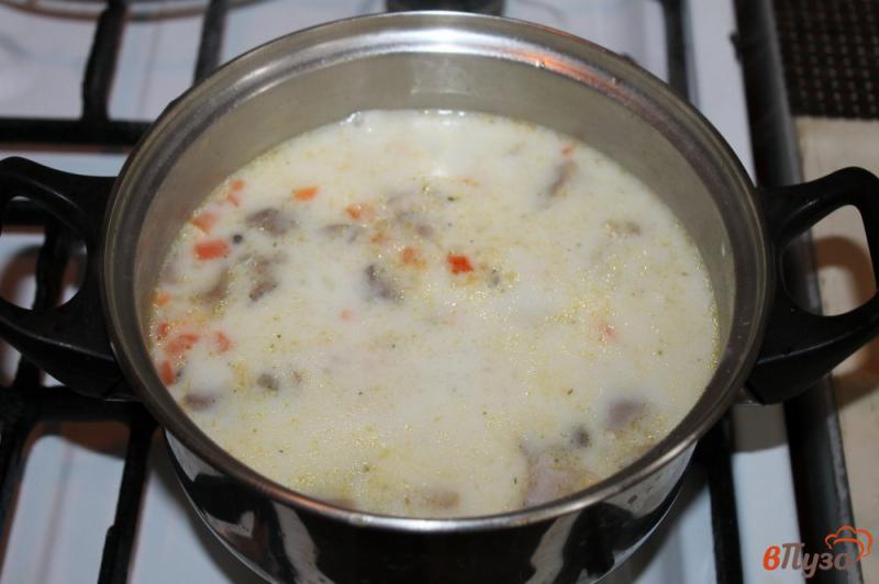 Фото приготовление рецепта: Сливочный суп с сыром, грибами и курицей шаг №5