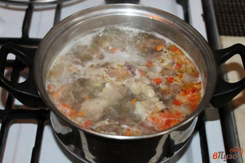 Фото приготовление рецепта: Сливочный суп с сыром, грибами и курицей шаг №4
