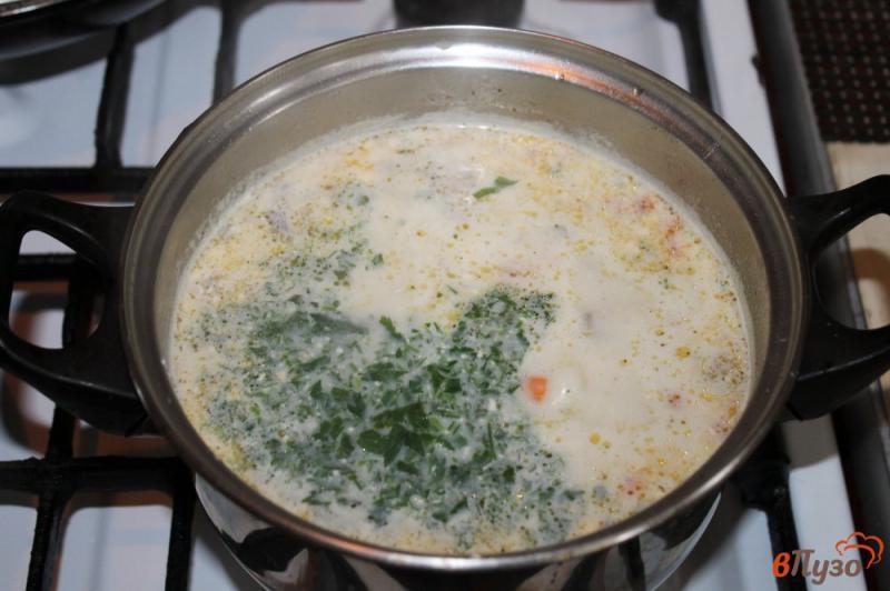 Фото приготовление рецепта: Сливочный суп с сыром, грибами и курицей шаг №6
