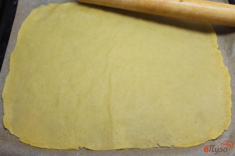 Фото приготовление рецепта: Пицца на тесте без дрожжей с колбасой и огурчиком шаг №3