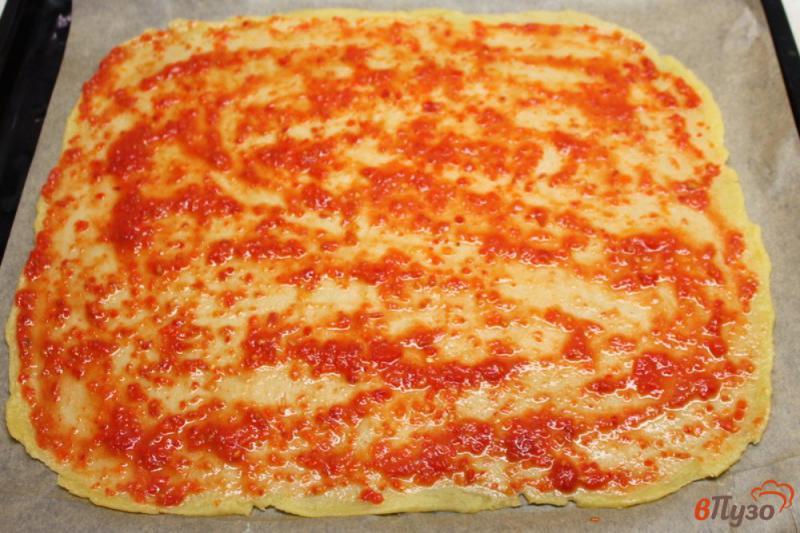 Фото приготовление рецепта: Пицца на тесте без дрожжей с колбасой и огурчиком шаг №4