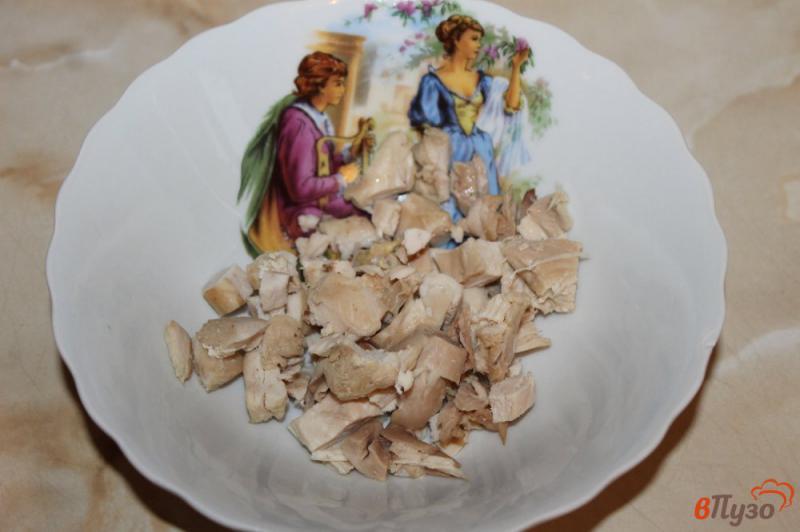 Фото приготовление рецепта: Салат с курицей, ветчиной и кукурузой шаг №1